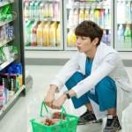 SHINeeのミンホ(ミノ)のドラマ撮影の合間にプライベートなコンビニでの買い物姿